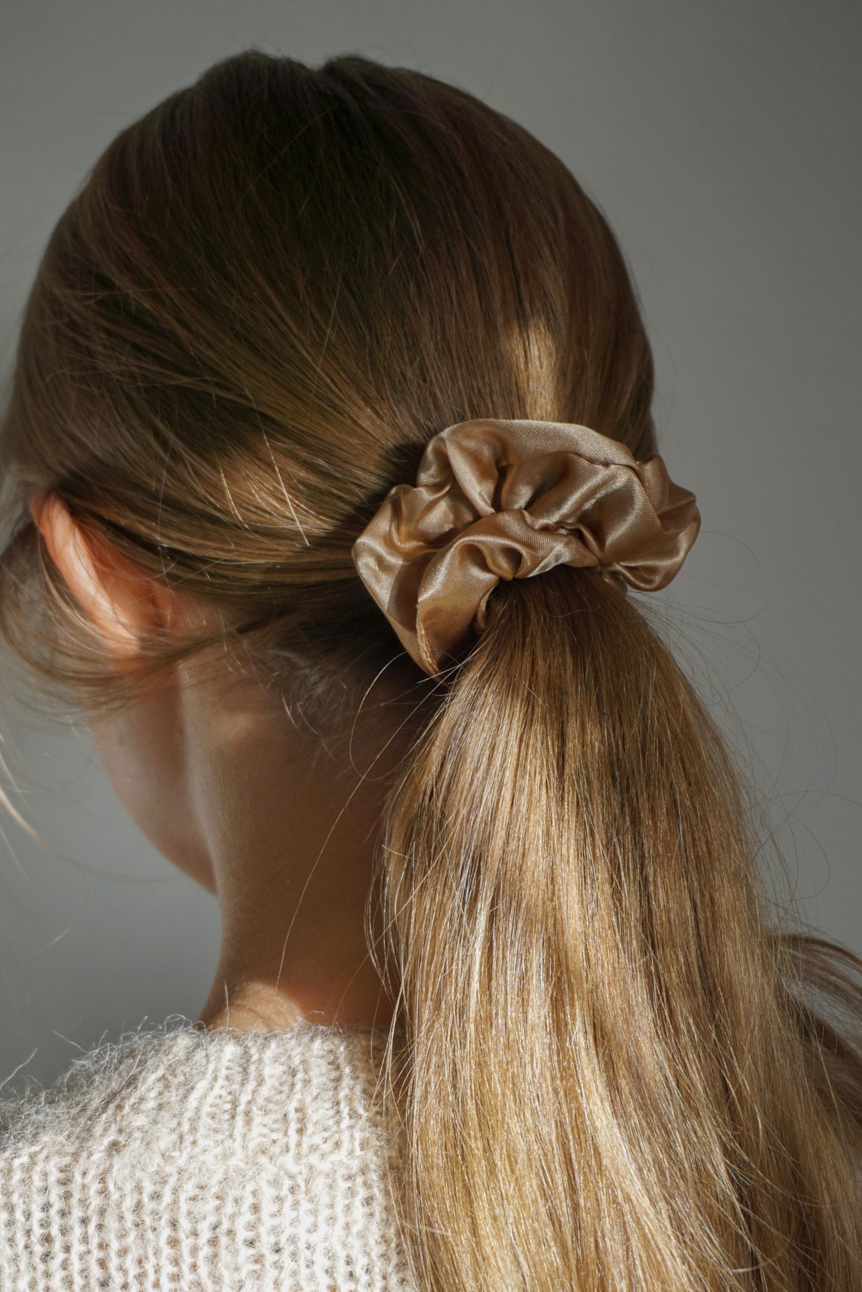 Scrunchie i silke – brun