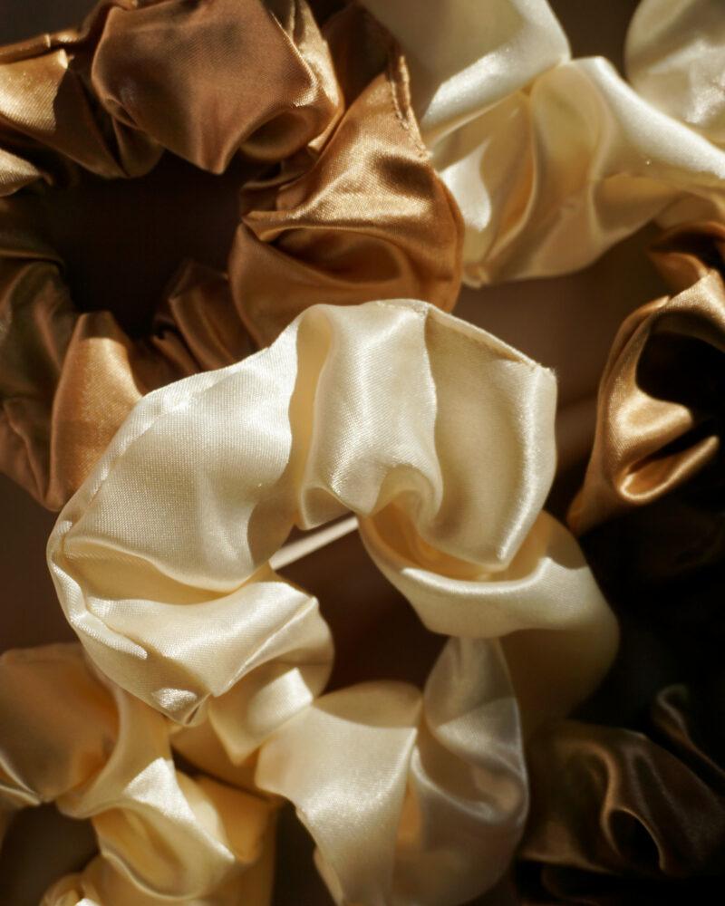 Scrunchie i silke – creme