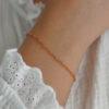 armbånd med små farvede perler