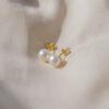 guld ørestikker med perler